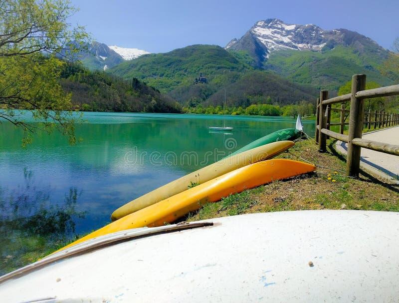 Canoe, attraccate sopra la costa del lago Gramolazzo fotografia stock