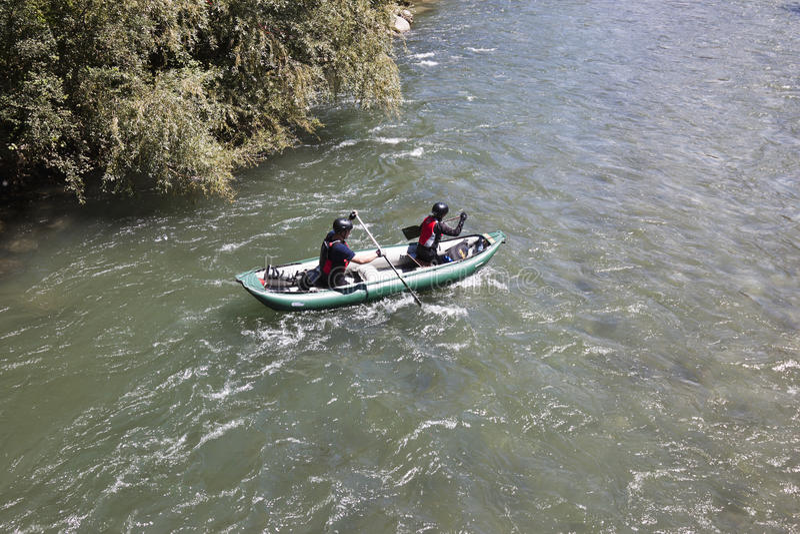 Canoe au-dessus de la rivière de poule, Flattach, Autriche image libre de droits