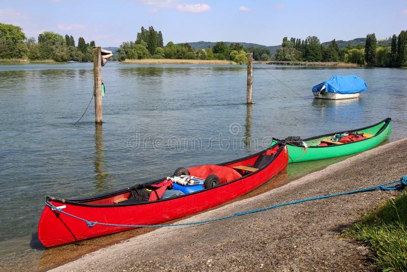 Canoe che harboring sulla riva del lago fotografie stock libere da diritti
