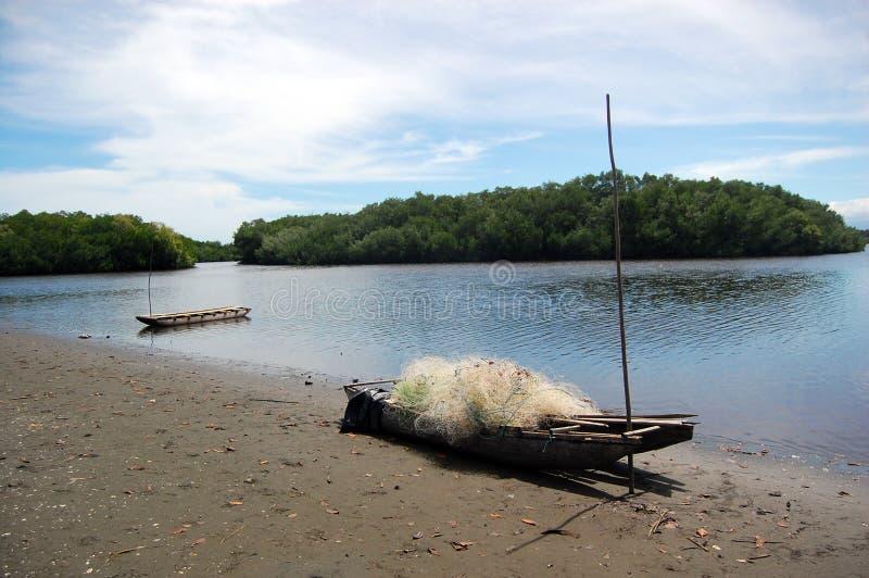 Canoe con rete da pesca alla spiaggia Papuasia Nuova Guinea fotografia stock