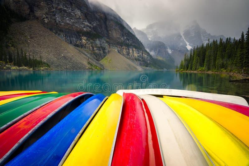 Canoe davanti alla moraine del lago fotografie stock