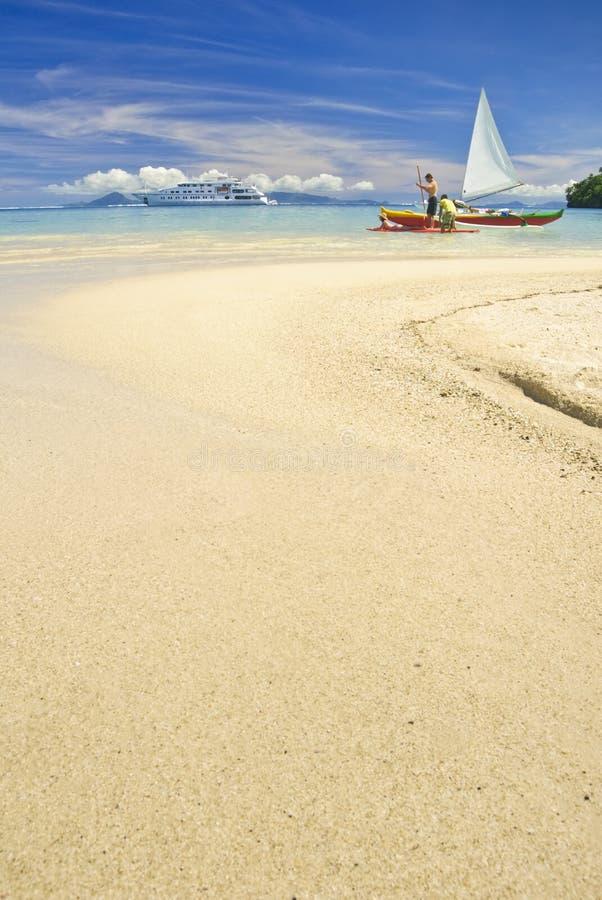 Canoe di intelaiatura di base della gru sulla spiaggia sabbiosa fotografia stock libera da diritti