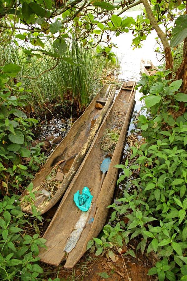 Canoe di riparo su Shoreline ugandese immagine stock libera da diritti