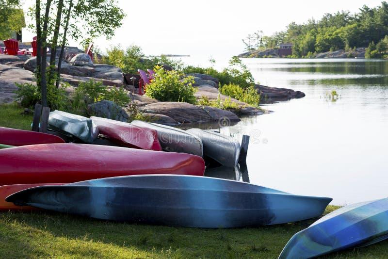 Canoe e kajak ad uso degli ospiti alla casetta della montagna di Killarney a Killarney, Ontario fotografia stock libera da diritti