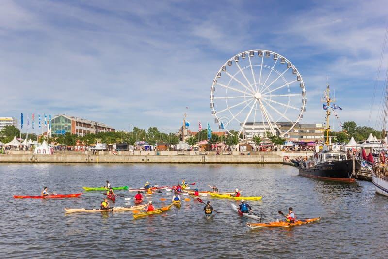 Canoe e ruota di ferris al festival di Kieler Woche a Kiel immagine stock