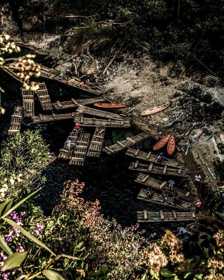 Canoe messicane dal lago del ` s di Montebello immagine stock libera da diritti