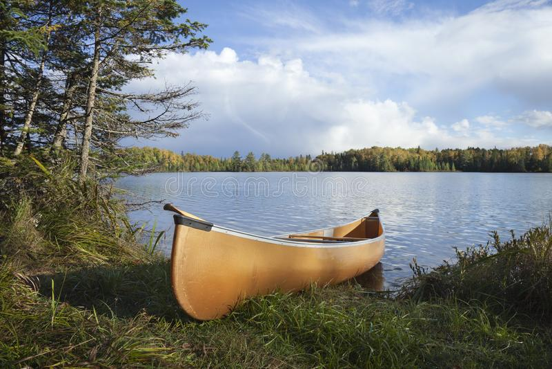 Canoe na costa de um lago do norte Minnesota durante o outono imagem de stock