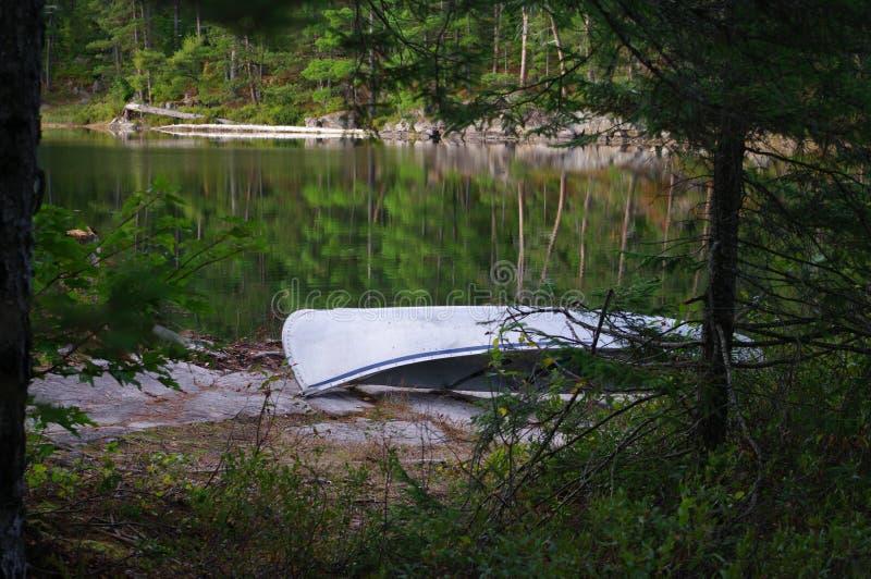 Canoe op Campsite stock afbeeldingen