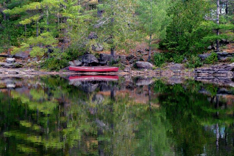 Canoe op de Shore-meer royalty-vrije stock fotografie