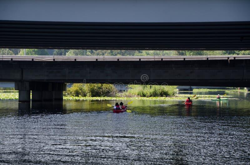 Canoe sotto il ponte 520 fotografia stock