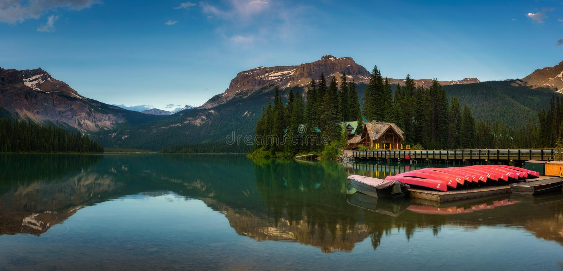 Canoe su bello Emerald Lake in Yoho National Park, Canada immagini stock