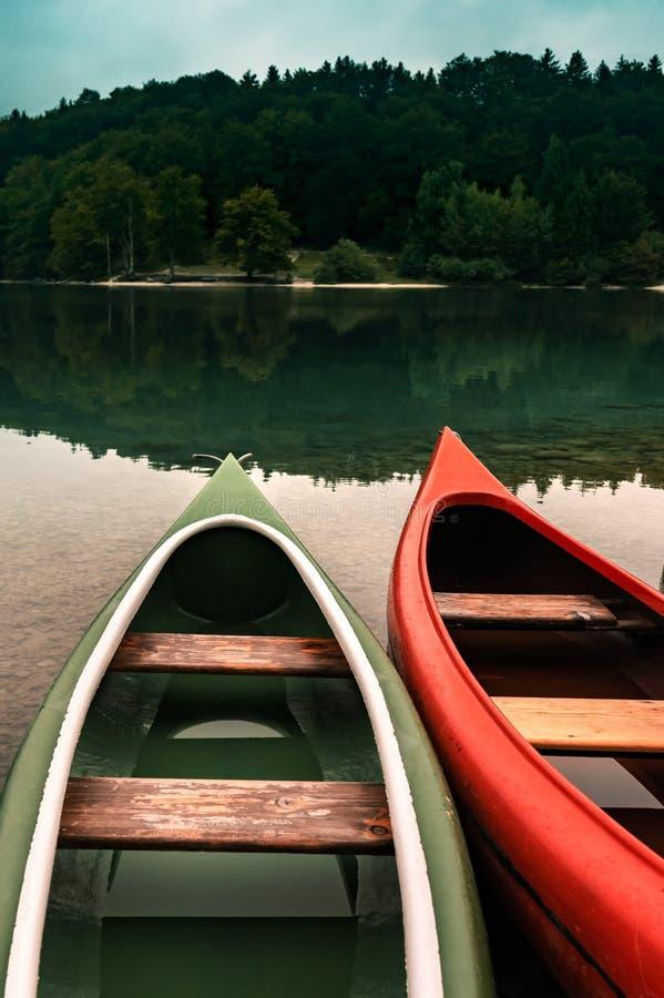 Canoe su lakeshore immagine stock libera da diritti