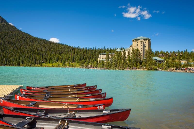 Canoe su un molo a Lake Louise nel parco nazionale di Banff, Canada immagine stock