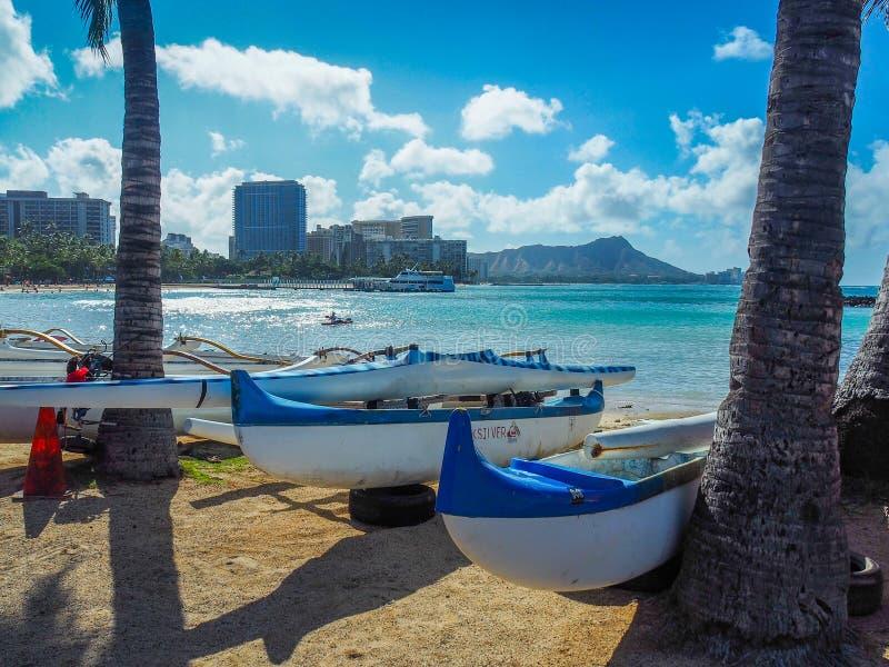 Canoe su una spiaggia hawaiana fotografie stock