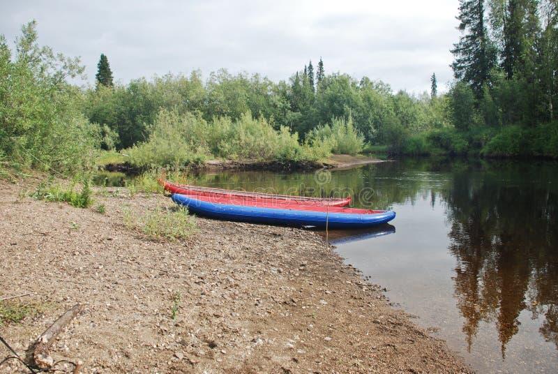 Canoe sul fiume nelle foreste vergini del Komi. fotografia stock libera da diritti