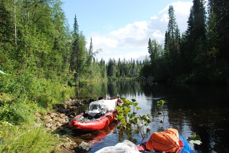 Canoe sul fiume nelle foreste vergini del Komi. fotografie stock libere da diritti