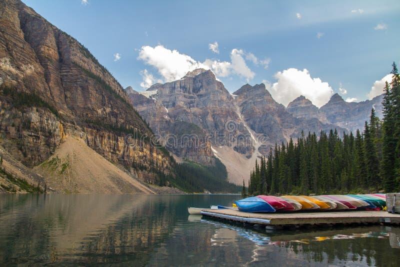 Canoe sulla moraine del lago, Canada immagine stock libera da diritti