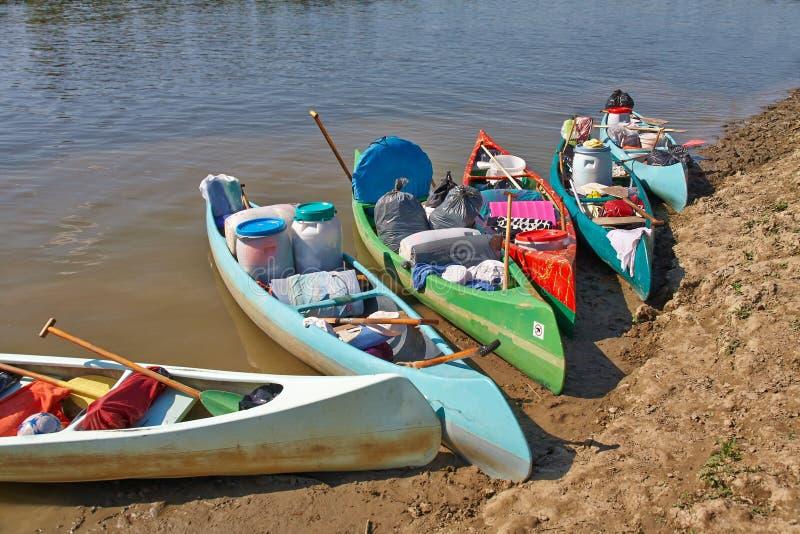Canoe sulla riva del fiume fotografia stock
