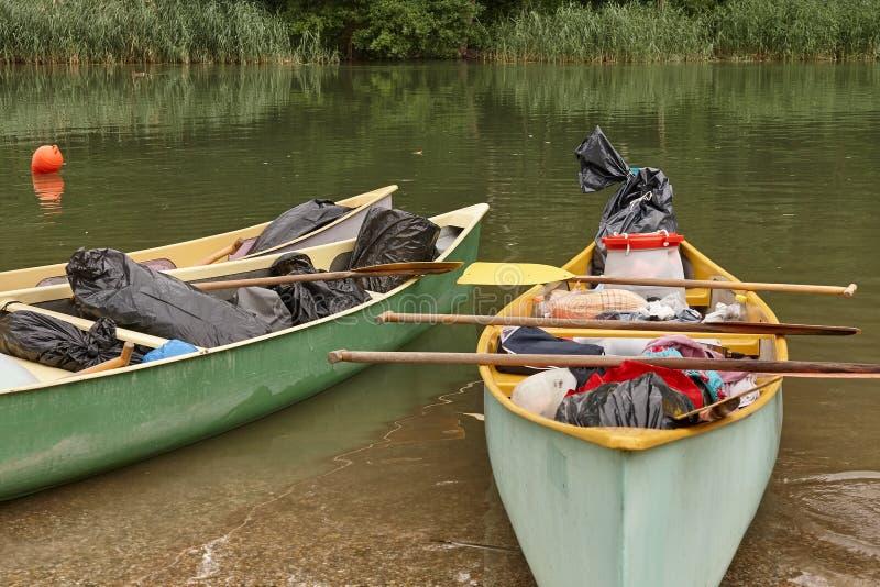 Canoe sulla riva del fiume fotografia stock libera da diritti