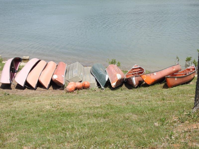 Canoe sulla riva di un lago immagini stock libere da diritti