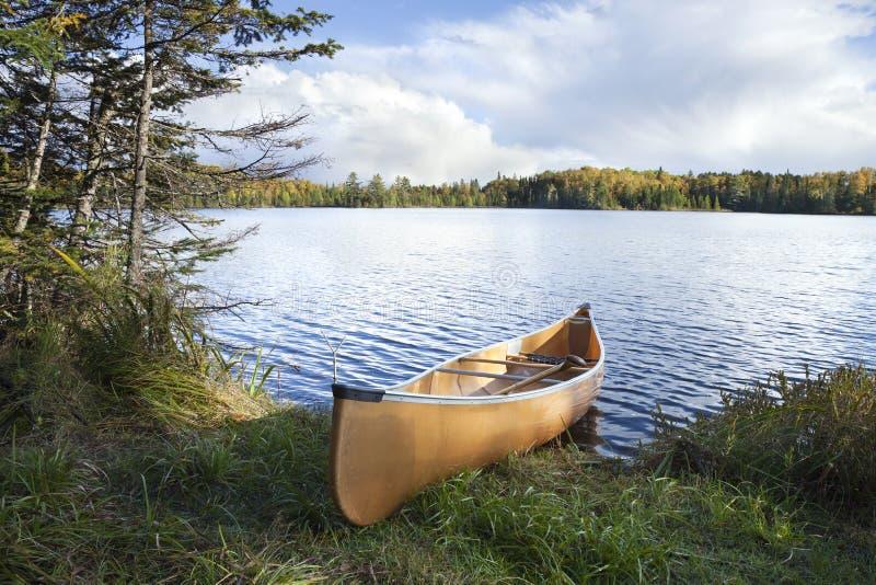 Canoe sulla riva di un lago del Nord minnesota durante l'autunno immagine stock libera da diritti