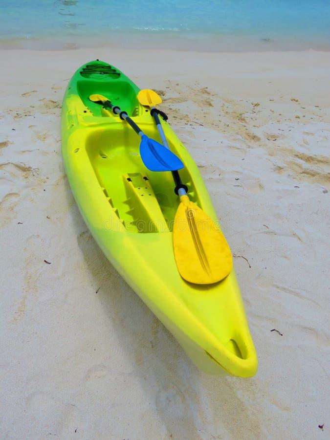 Canoe sulla sabbia bianca, con il mare blu immagini stock