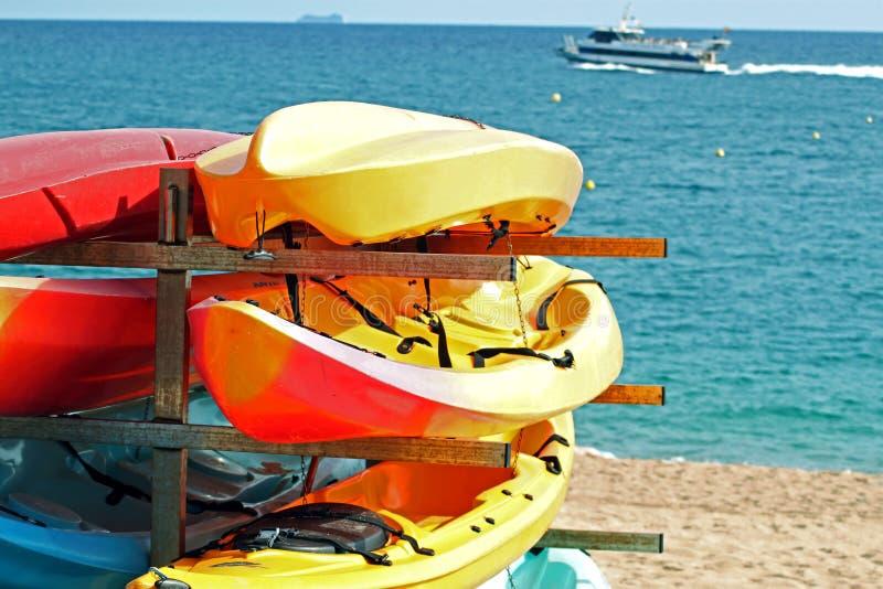 Canoe sulla spiaggia immagine stock