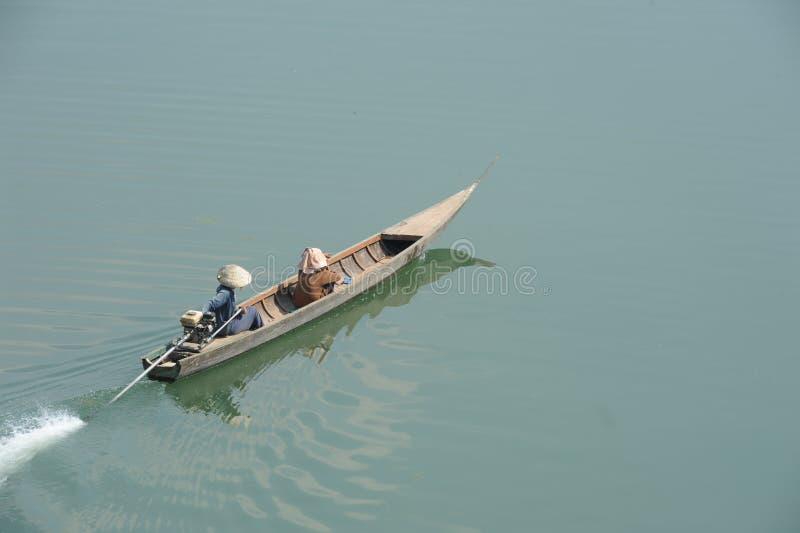 Canoe sur la rivière le Mékong à l'île de Don Khong image stock