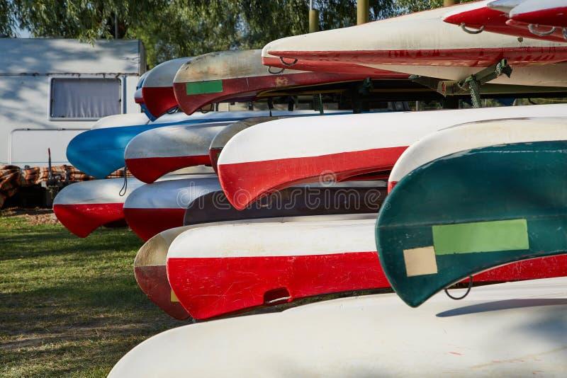 Canoe in un campo immagine stock libera da diritti