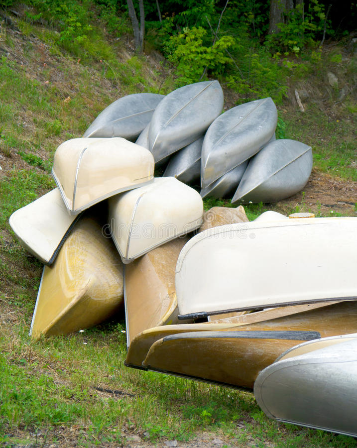 Canoe in un mucchio. fotografia stock libera da diritti