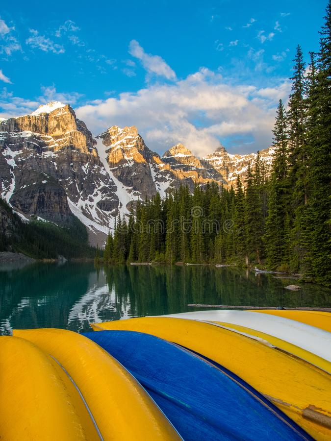 Canoe variopinte parco nazionale in lago moraine, Banff ad alba fotografia stock libera da diritti