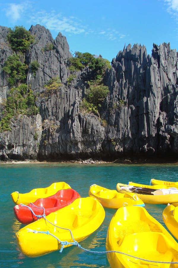 Canoe variopinte su una laguna, isola di Palawan, le Filippine immagini stock