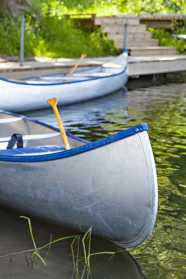 Canoe vuote dal fiume fotografia stock