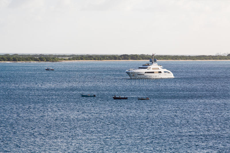 Canoe in yacht di lusso bianco su acqua blu fotografia stock
