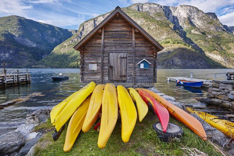 Canoeing в Норвегии Ландшафт фьорда с деревянной кабиной Recreatio стоковое фото