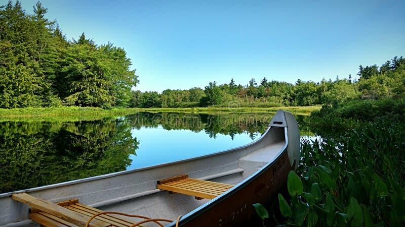 Canoeing in eenzaamheid en vrede stock foto