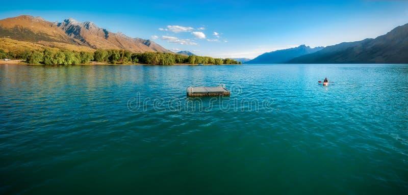 Canoeing en el lago Wakatipu en Glenorchy, NZ foto de archivo libre de regalías