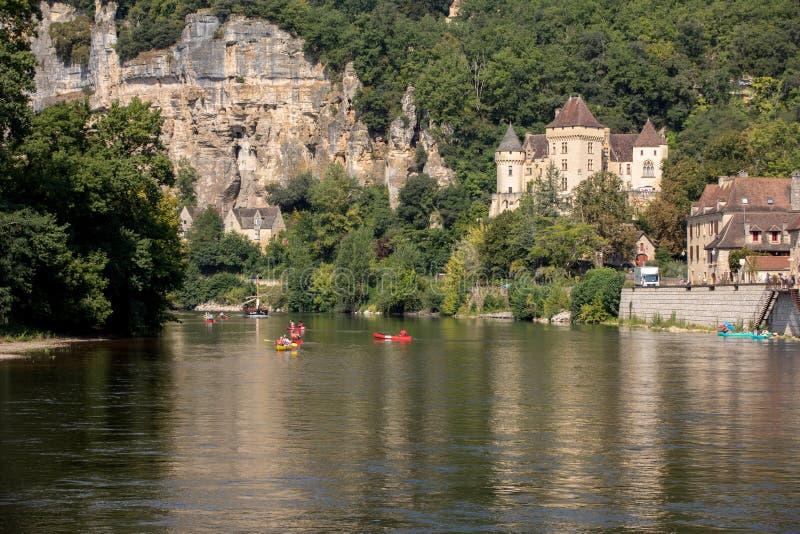 Canoeing en toeristenboot, in Frans geroepen gabare, op de rivier Dordogne bij La roque-Gageac, Aquitaine, Frankrijk stock fotografie