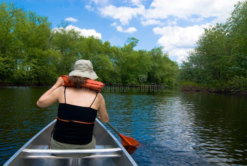 Canoeing idillico su un fiume delicato fotografia stock libera da diritti