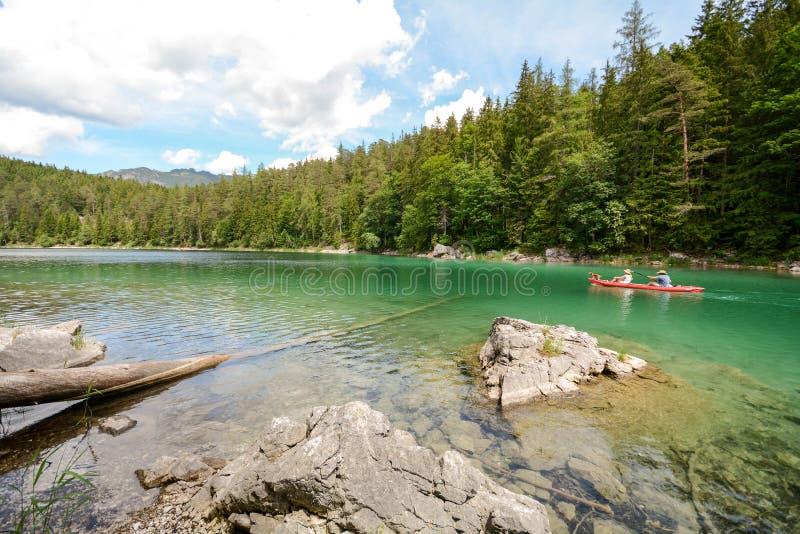 Canoeing no lago Eibsee nos cumes bávaros perto de Garmisch Partenkirchen, Baviera Alemanha imagem de stock