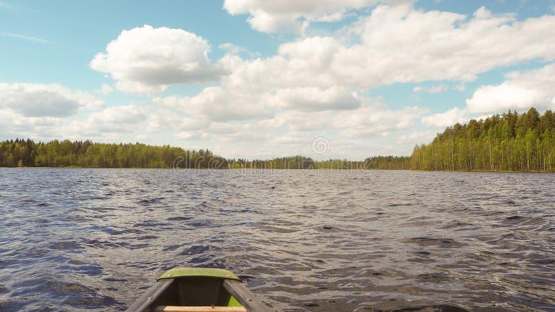Canoeing no lago finlandês no verão foto de stock