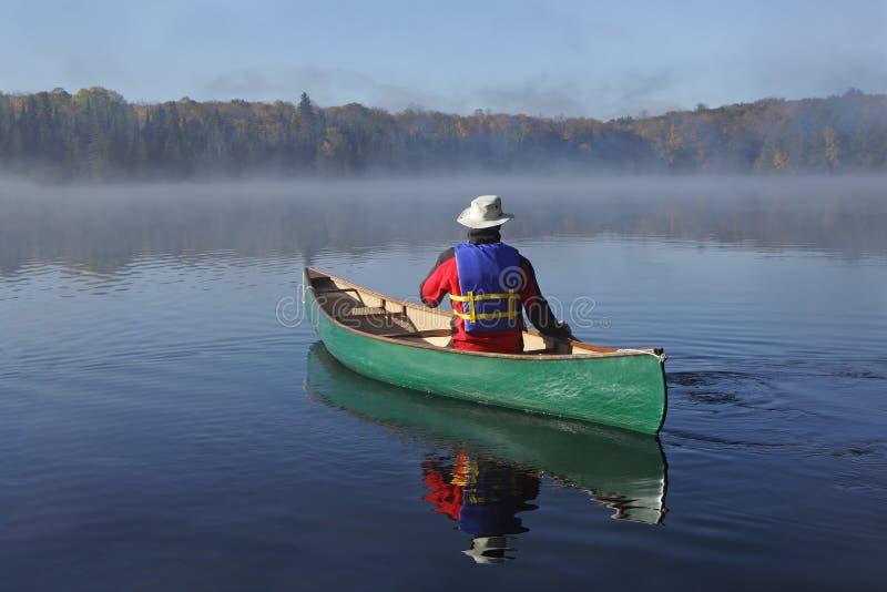 Canoeing op Autumn Lake royalty-vrije stock foto