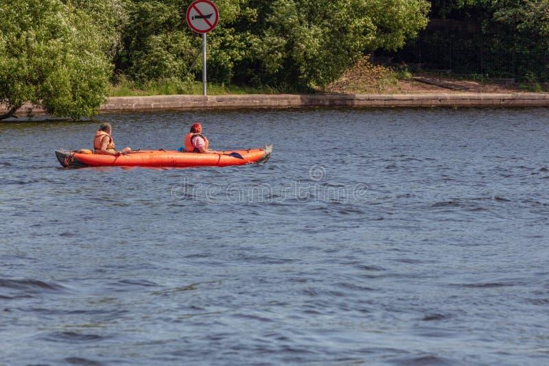 Canoeing op een stadsrivier stock afbeelding