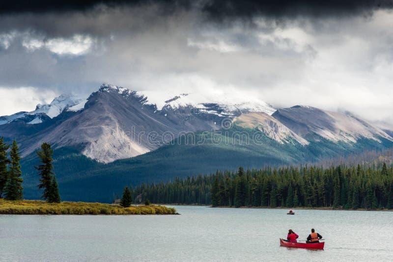 Canoeing op Meer Maligne stock foto's