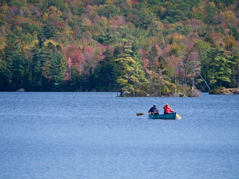 Canoeing sul lago nella caduta fotografie stock