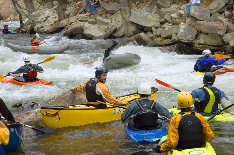 Canoeing van de stroomversnelling stock foto