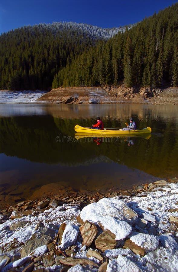 Canoeing van het meer stock foto