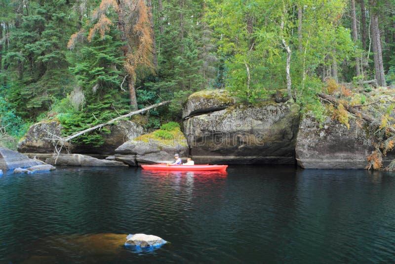 Canoeing van het meisje stock foto's