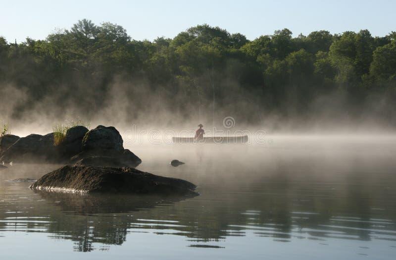 Canoeist auf einem nebelhaften See, Haliburton lizenzfreie stockfotos