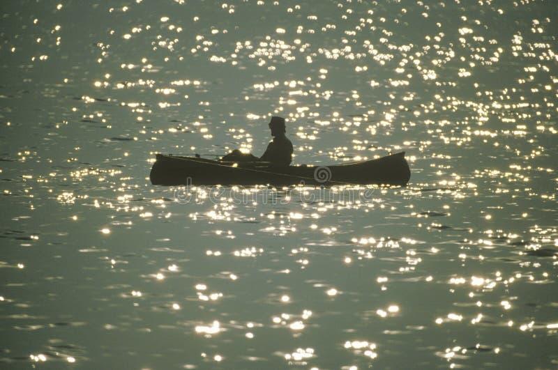 Canoeist no lago foto de stock